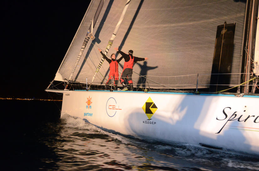 El Spirit of Hungary cierra la Barcelona World Race 2014-2015 con una emotiva llegada nocturna